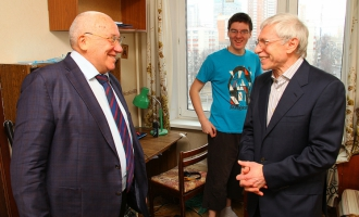 Декан ФМП А.А. Кокошин посетил общежитие МГУ